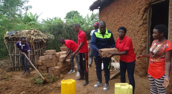 Huye: Abanyeshuli ba Kaminuza y'u Rwanda baba mu muryango wa FPR basaniye umuturage inzu (AMAFOTO)
