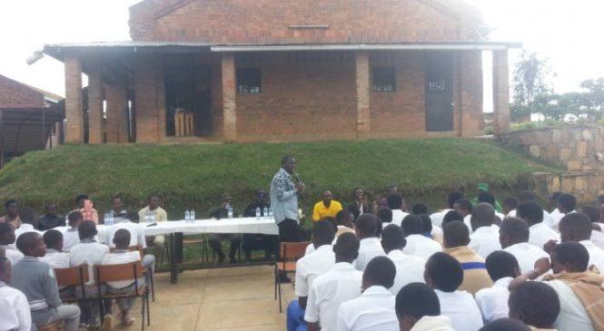 Uwamahoro Bonaventure Umuyobozi w'akarere ka Nyamagabe yasuye abanyeshuri biga kubigo bya ES Kaduha na GS St Jean Bosco Kaduha