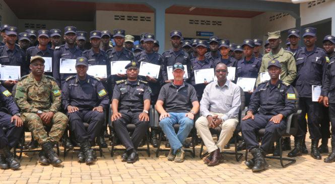 Abapolisi 33 basoje amahugurwa yo gukoresha imbwa 25 Polisi y'u Rwanda iherutse kunguka